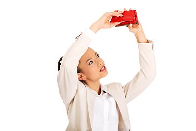Kvinna tittar uppåt mot en tom plånbok